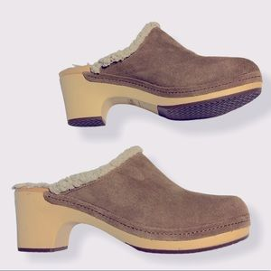 Crocs Sherpa Lined Suede Clogs Size 9